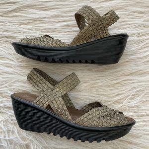 Bernie Mev metallic wedge sandal woven light 40